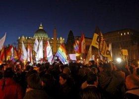 Geje i lesbijki protestują przed Watykanem
