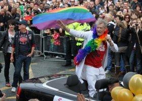 Ian McKellen odwiedzi szkoły