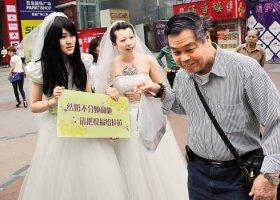 Chińskie lesbijki przywitały premier Islandii i jej żonę