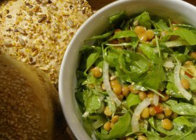 Piątkowe gotowanie: zupa oliwkowa i sałatka z rukolą