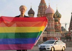 Tilda Swinton z tęczową flagą w Rosji