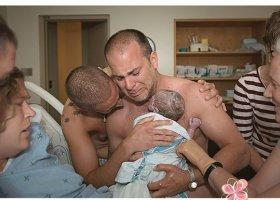 Zdjęcie wzruszonych ojców z dzieckiem hitem w sieci