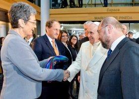 Tęczowy szal dla papieża