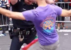 Taniec policjanta na paradzie hitem w sieci