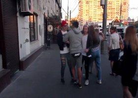 Mężczyźni spacerowali po Moskwie trzymając się za ręce. Zobacz jak reagowali ludzie