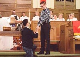 Teksas: gejowskie zaręczyny w kościele hitem w Internecie