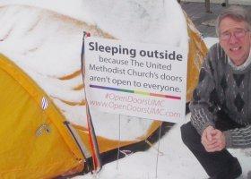 Pastor chce otwarcia na LGBT, śpi w namiocie