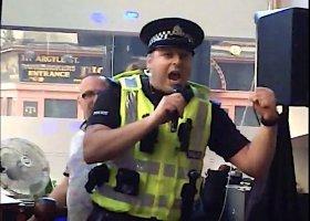 Rozśpiewany policjant w gejowskim barze
