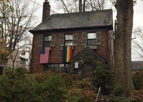 Sąsiedzi przyszłego wiceprezydenta USA wieszają tęczowe flagi