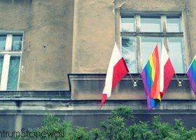 Tęczowa flaga obok polskiej to... znieważenie?