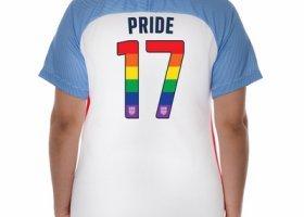 Amerykańska drużyna w tęczowych koszulkach