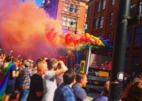Jak media powinny odpowiadać na homofobię?