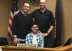 Nastoletni gej był dręczony przez rodzinę, adoptowali go geje
