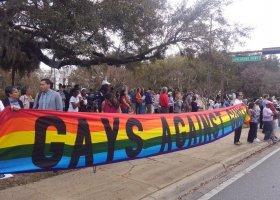 Młodzież i LGBTQ za ograniczeniem dostępu do broni