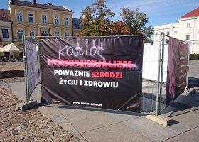 Zniszczyli homofobiczną wystawę, muszą zapłacić grzywnę