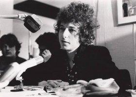 Dylan śpiewa o miłości do mężczyzny, Kesha do kobiety
