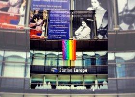 Tęczowa flaga przed budynkiem Parlamentu Europejskiego
