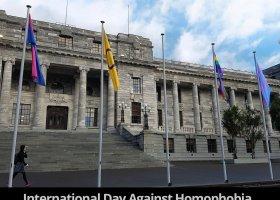 Flaga osób interpłciowych przed Parlamentem Nowej Zelandii