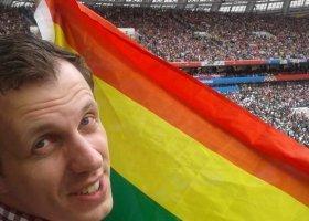 Machał tęczową flagą podczas przemowy Putina i... goli Rosjan