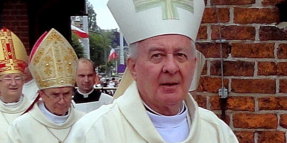 Oliwa do ognia: kto szydzi z Boga - pary homo czy abp Paetz?