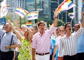 """Antoni z """"Queer Eye"""" i Justin Trudeau ramię w ramię w Pride w Montrealu"""
