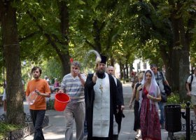 """Duchowny """"oczyścił"""" miasto wodą święconą po... paradzie"""