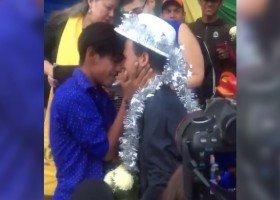 Gejowski ślub w pochodzie uchodźców