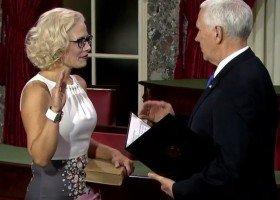 Pierwsza biseksualna senatorka ślubowała przed... homofobicznym wiceprezydentem