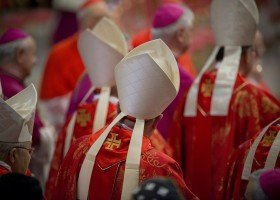 8 na 10 duchownych Watykanu to geje