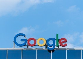 """Google wycofuje aplikację promującą """"terapię"""" konwersyjną ze Sklepu Play"""