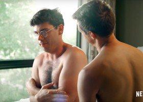 Komediowy serial Netfliksa o geju z porażeniem mózgowym i mnóstwo nowej muzyki