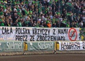 Zielona Góra: lokalni politycy reagują na homofobię na meczu żużlowym