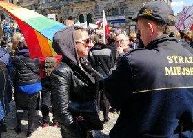 Chciała poprzeć strajkujących nauczycieli, została wyproszona za tęczową flagę
