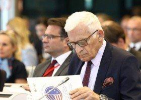 Jerzy Buzek negatywnie o plakatach z Matką Boską w tęczowej aureoli