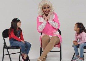 Poznań: drag queen Lola czyta dzieciom bajki