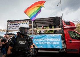 Pedagog z Białegostoku zwolniony po skandalicznym zachowaniu na Marszu