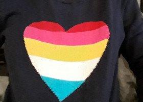 Pobita przez ochroniarza za sweter z kolorowym sercem