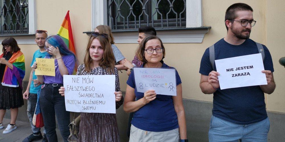 Przed budynkiem krakowskiej kurii odbyły się demonstracje