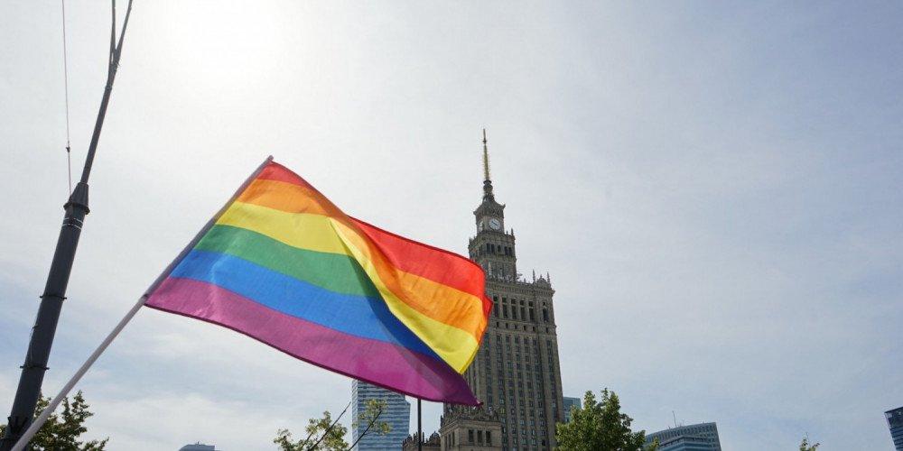 """MNW: informacja o rezygnacji Trzaskowskiego z Karty LGBT+ to """"fake news"""""""