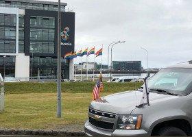 Islandia przywitała Mike'a Pence'a tęczowymi flagami, prezydent kraju - tęczową bransoletką