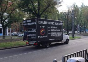 Homofobiczna furgonetka zrównująca LGBT z pedofilią parkuje pod kościołem