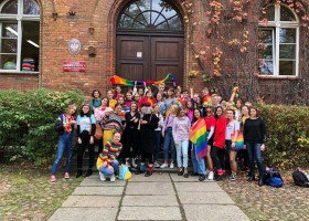 Dyrektor krytykuje uczniów za zdjęcie z tęczową flagą na tle szkoły