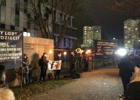 """Prawicowi studenci i studentki manifestowali przeciwko prof. Graczyk, która niosła """"waginę"""" na Marszu"""