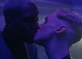 Jednopłciowy pocałunek w świątecznej reklamie marki odzieżowej