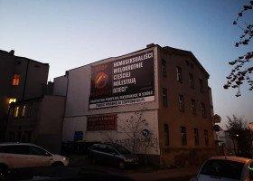 Gniezno: homofobiczny baner od kilku miesięcy szpeci ulicę