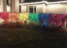 Wywiesiła 10 tysięcy tęczowych światełek w proteście przeciwko homofobii sąsiadki