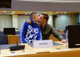 Jakub i Dawid pocałowali się na krześle Morawieckiego