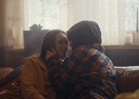 Reklama kawy z kobieco-kobiecym romansem w tle