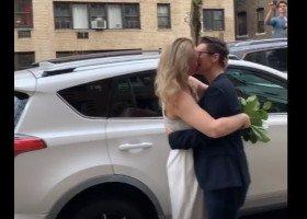 Przez kwarantannę urzędnik udzielił ślubu parze lesbijek z okna swojego mieszkania