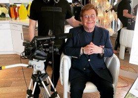 Elton John poprowadził koncert charytatywny w swoim salonie